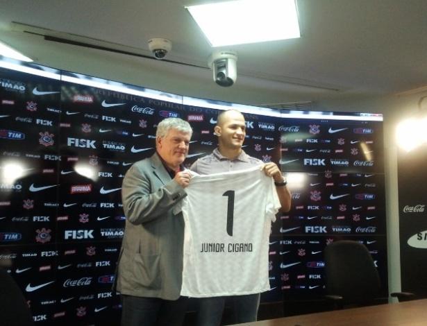Junior Cigano do Santos, campeão dos pesados do UFC, é apresentado como atleta do Corinthians