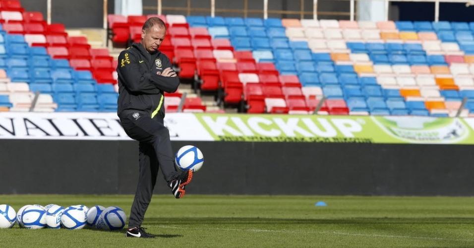 Mano Menezes bate bola durante treino da seleção brasileira em Estocolmo (Suécia)
