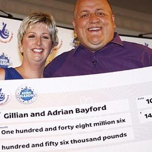 O casal britânico Adrian e Gillian Bayford ganhou 148 milhões de libras na loteria - Daily Mail/Reprodução