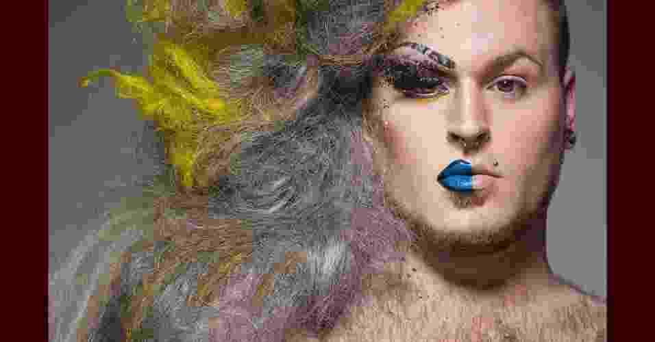 O fotógrafo novaiorquino Leland Bobbé criou uma série de imagens batizadas de Half- Drag (meia-drag, tradução livre) na qual capta simultaneamente características masculinas e femininas dos retratados - Half Drag/ Leland Bobbé