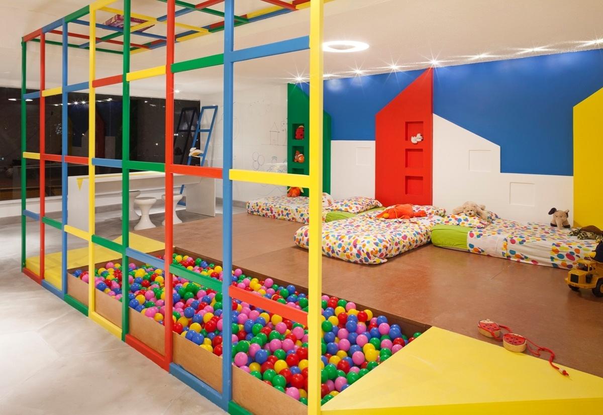 O Quarto das Crianças, assinado por Nazareth Pinheiro para a 6ª edição da Morar Mais, em Brasília (14/08 a 23/09/2012), apresenta um espaço alegre e multicolorido para o divertimento infantil. Destaque para a piscina de bolinhas encaixada ao tablado