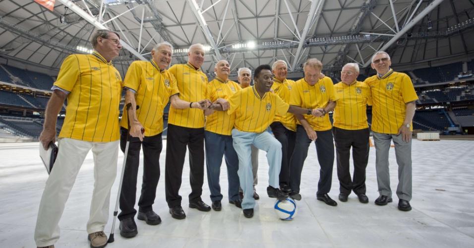 Pelé, ao lado de ex-jogadores do Brasil e Suécia, posa para foto no novo estádio de Solna, cidade próxima a Estocolmo, que substituirá o antigo