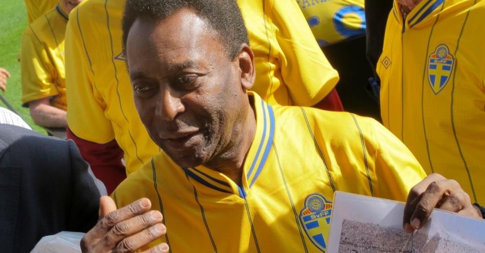 Pelé exibe foto da vitória de 1958. Ao lado de outros jogadores brasileiros, o Rei do Futebol será homenageado antes do amistoso da próxima quarta-feira entre Brasil e Suécia