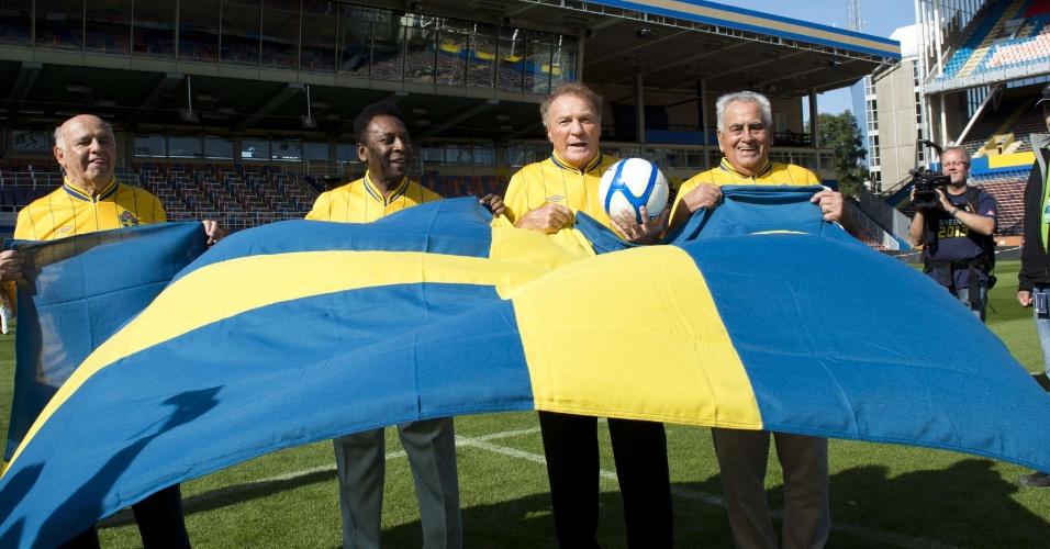 Pepe, Pelé, Mazzola e Zito receberam camisas suecas personalizadas e posaram com a bandeira do país europeu. Jogadores campeões do mundo em 1958 serão homenageados antes do amistoso da próxima quarta-feira entre Brasil e Suécia