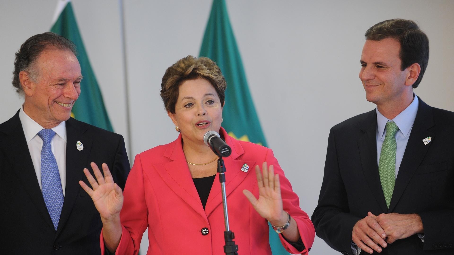 Presidente Dilma discursa após receber bandeira olímpica de Carlos Arthur Nuzman, presidente do COB, e Eduardo Paes, prefeito do Rio de Janeiro