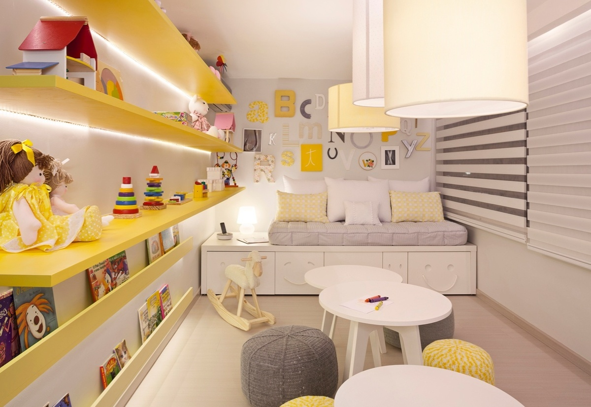 Sala de Brincar criada por Daniela Bakker e Dinane Lima para a 6ª edição da Morar Mais, em Brasília (14/08 a 23/09/2012): o amarelo em diversos tons é combinado aos móveis lúdicos e aos brinquedos multicores