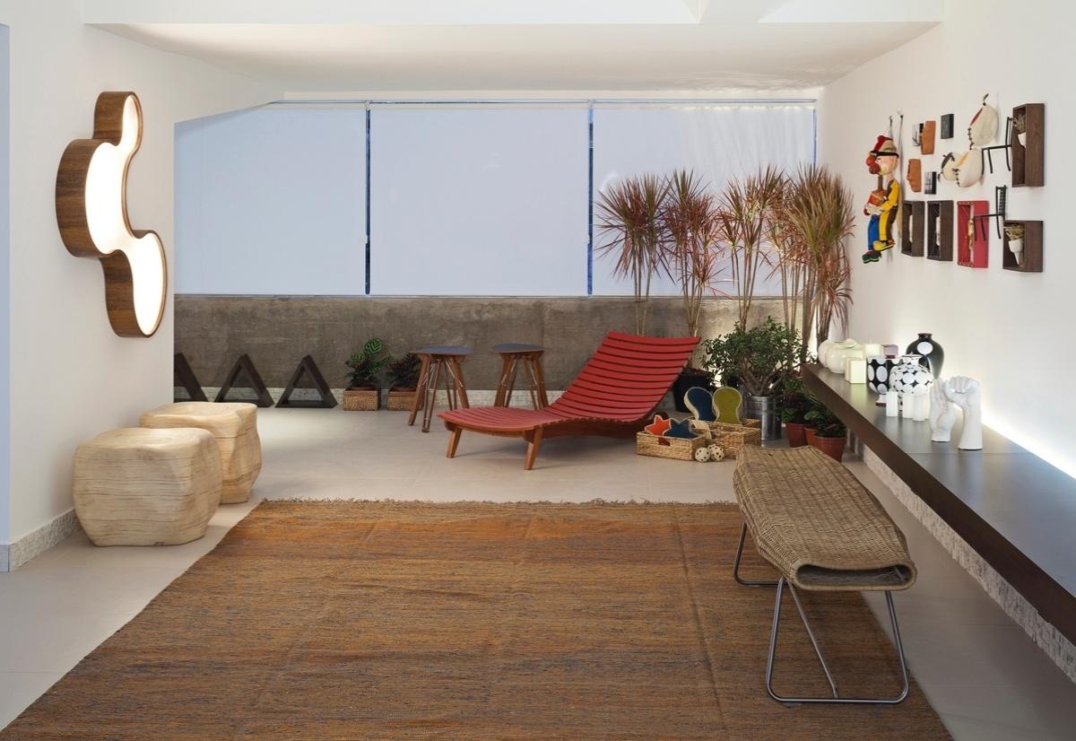 Spa do Condomínio assinado por Beth Rosso para a 6ª edição da Morar Mais, em Brasília (14/08 a 23/09/2012): chaise vermelha como ponto de atração