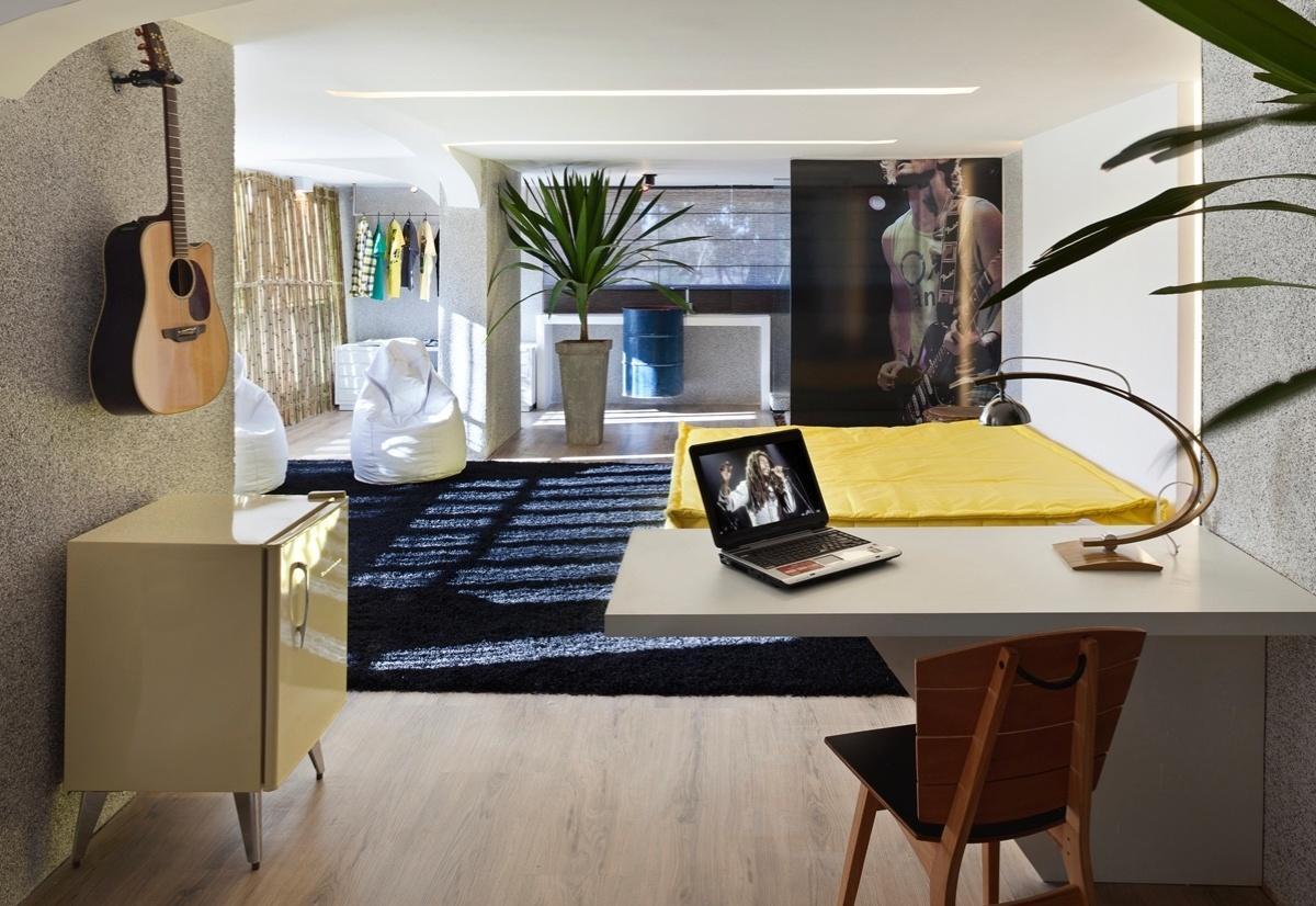 Suíte do Rapaz criada por Karla Madrilis para a 6ª edição da Morar Mais, em Brasília (14/08 a 23/09/2012): destaque para o futon amarelo, que dá cor, sem exagerar na medida