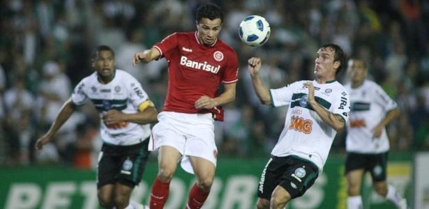 Willian Farias (dir.) será oficializado como jogador do Grêmio até segunda-feira