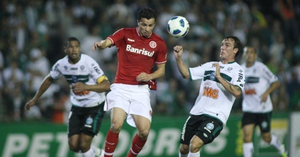 Willian Farias (dir.), do Coritiba, disputa jogada com Leandro Damião, do Inter