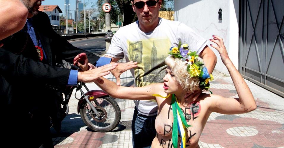 15.ago.2012 - Ativista do grupo Femen protesta em frente ao consulado da Rússia em São Paulo, no início da tarde desta quarta-feira (15)