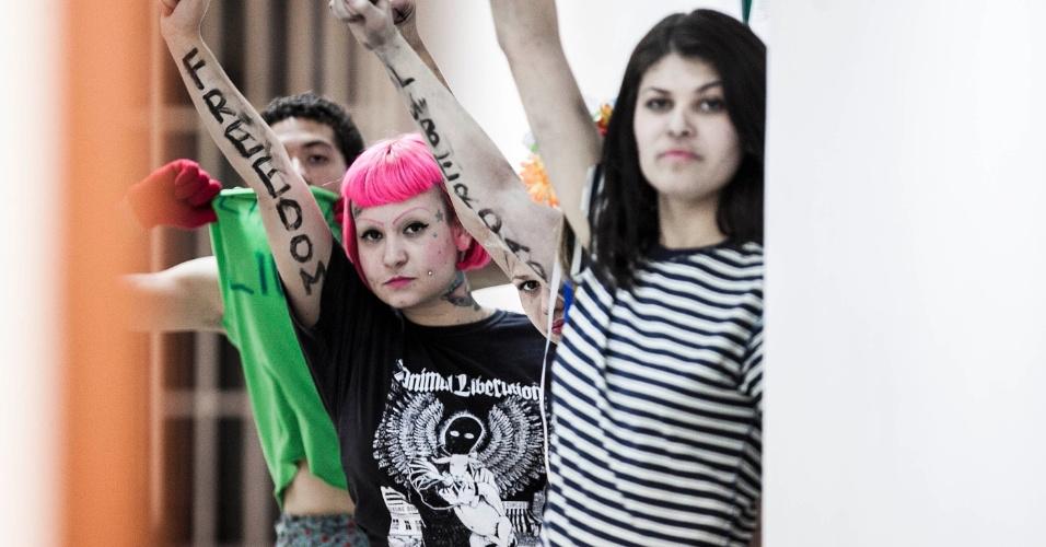 15.ago.2012 - Ativistas do Femen são detidas após manifestação em frente ao consulado da Rússia, em São Paulo. O protesto era um ato de apoio ao grupo punk russo Pussy Riot