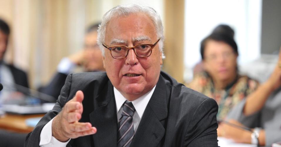 15.ago.2012 - Deputado federal Miro Teixeira (PDT-RJ) fala durante reunião da CPI do Cachoeira, que ouviu depoimentos de três pessoas suspeitas de envolvimento no caso nesta quarta-feira (15)