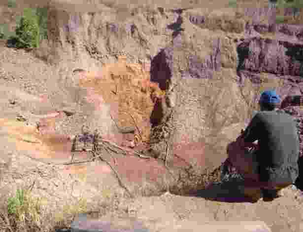 15.ago.2012 - Empreendimentos de mineração de médio porte povoam de crateras a paisagem ao redor de Serra Pelada - Breno Castro Alves/UOL - 18.07.2008