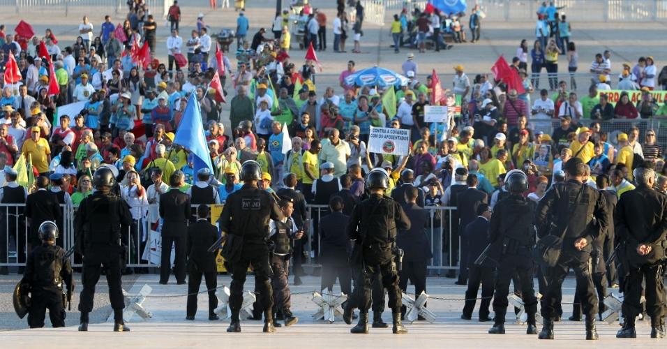 15.ago.2012 - Manifestantes se posicionaram nesta quarta-feira em frente ao Palácio do Planalto para cobrar o fim do fator previdenciário e a aprovação do Projeto de Lei 4.434/2998 que recompõe perdas salariais dos benefícios
