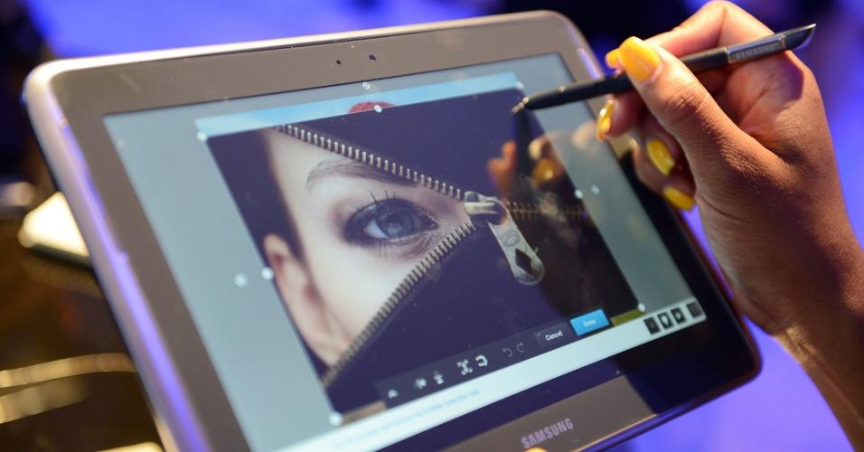 15.ago.2012 - Samsung apresentou nos Estados Unidos o tablet Galaxy Note 10.1 durante evento realizado na cidade de Nova York (Estados Unidos). O aparelho tem tela de 10,1 polegadas, processador quad-core (de quatro núcleos), 2 GB de memória RAM e sistema Android. A novidade no portátil fica por conta da S Pen, uma caneta para o usuário navegar pelo tablet ou fazer anotações