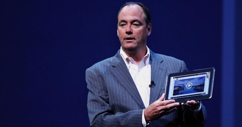 15.ago.2012 - Tim Baxter, president da Samsung Electronics na América, apresenta o tablet Galaxy Note 10.1 durante evento realizado na cidade de Nova York (Estados Unidos). O aparelho tem tela de 10,1 polegadas, processador quad-core (de quatro núcleos), 2 GB de memória RAM e sistema Android. A novidade no portátil fica por conta da S Pen, uma caneta para o usuário navegar pelo tablet ou fazer anotações