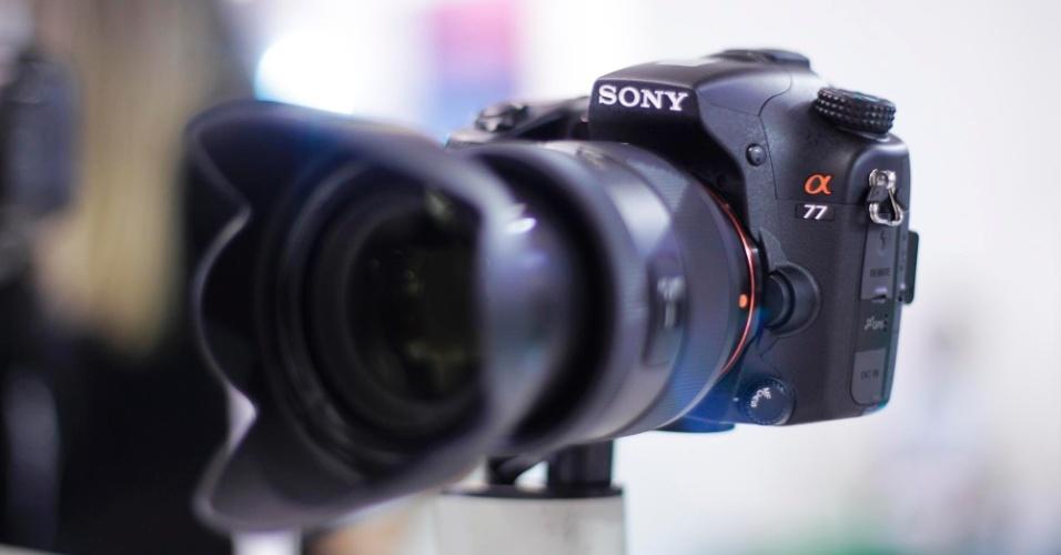 Câmera digital Sony modelo A77, da série alfa