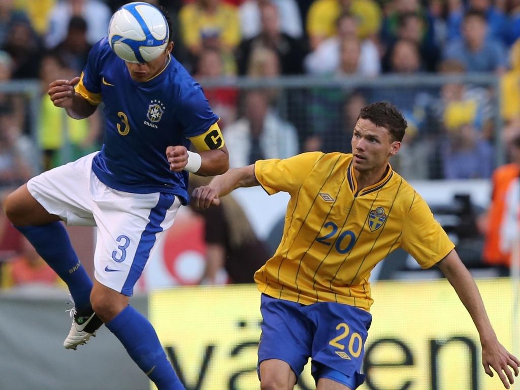 De cabeça, zagueiro Thiago Silva afasta o perigo da zaga brasileira durante amistoso com a Suécia