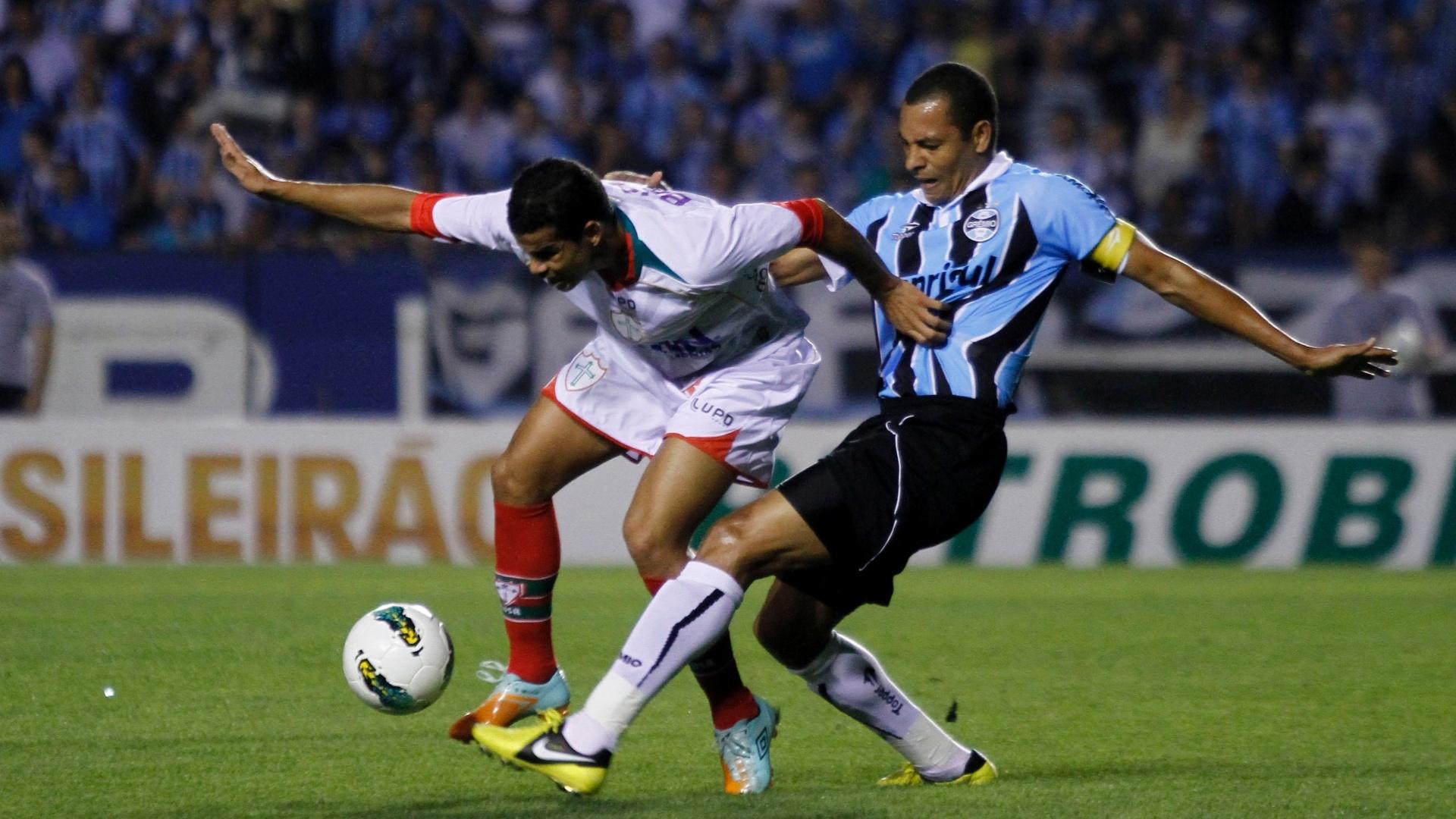 Gilberto Silva disputa jogada em derrota do Grêmio para a Portuguesa (15/08/2012)