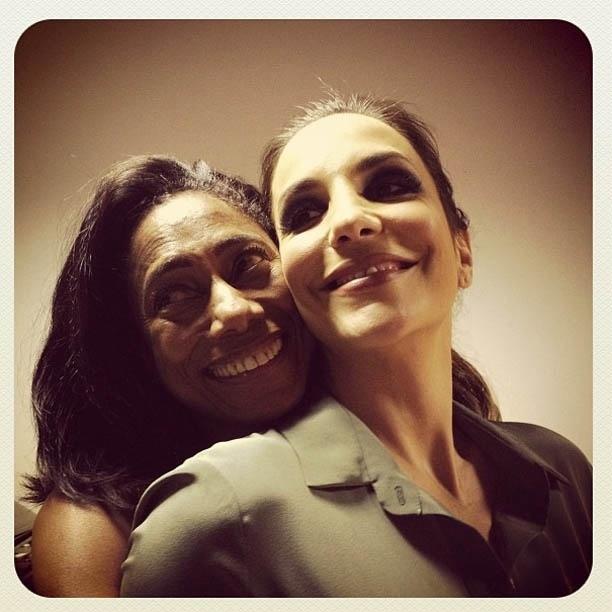 Ivete Sangalo divulga imagem sendo abraçada por Glória Maria (14/8/2012)