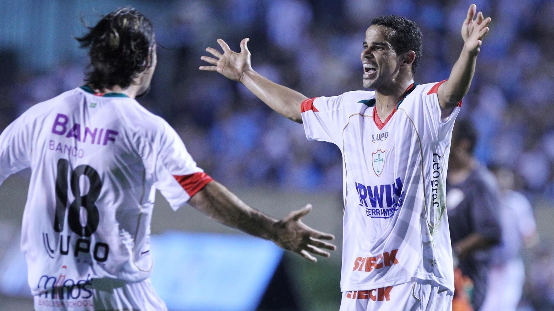 Jogadores da Portuguesa comemoram gol marcado contra o Grêmio