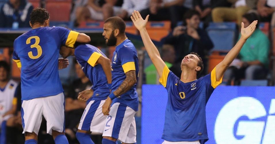 Jogadores do Brasil e o atacante Leandro Damião comemoram gol contra a Suécia