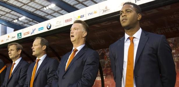 Kluivert (dir.) no banco da Holanda durante a última Copa do Mundo