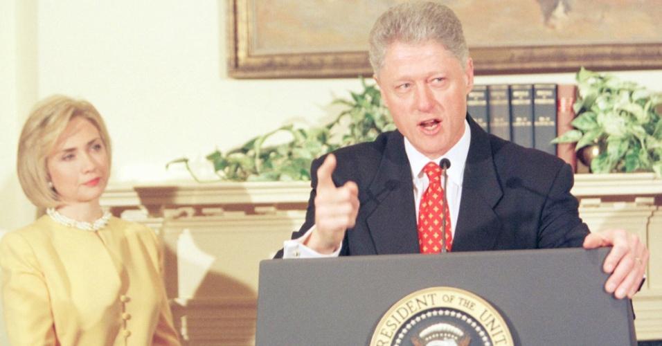 Observado pela mulher, Hillary Clinton, o então presidente Bill Clinton nega, durante discurso, que tenha tido relação sexual com a estagiária Monica Lewinsky