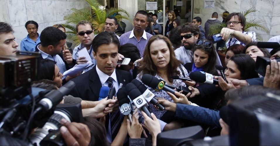 10.mai.2012 - Os advogados Ana Lucia dos Santos e Adriano Lopes, que defendiam o réu Elcyd Oliveira Brito, um dos cinco acusados pela morte do ex-prefeito de Santo André (SP), Celso Daniel, falam com a imprensa no Fórum de Itapecerica da Serra (SP)