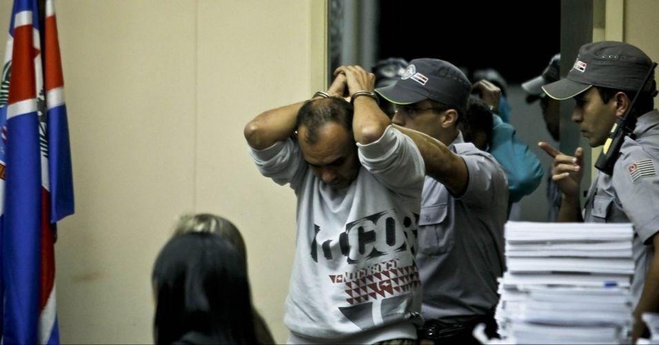10.mai.2012 - PMs levam para fora do Fórum de Itapecerica da Serra (SP) homens condenados pelo assassinato do ex-prefeito de Santo André Celso Daniel