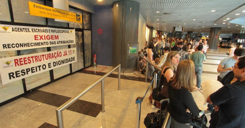 16.08.2012 - Operação-padrão realizada pela Polícia Federal forma longa fila no aeroporto dos Guararapes, em Recife (PE). Um voo que seguia para os Estados Unidos chegou a atrasar quase duas horas. A categoria está em greve nacional desde o dia 7