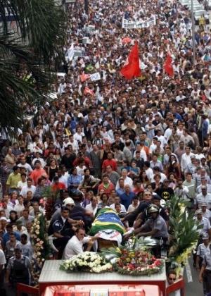 16.ago.2012 - Cerca de 50 mil pessoas participaram do cortejo, do Paço Municipal até o cemitério da Saudade, na Vila Assunção, em Santo André