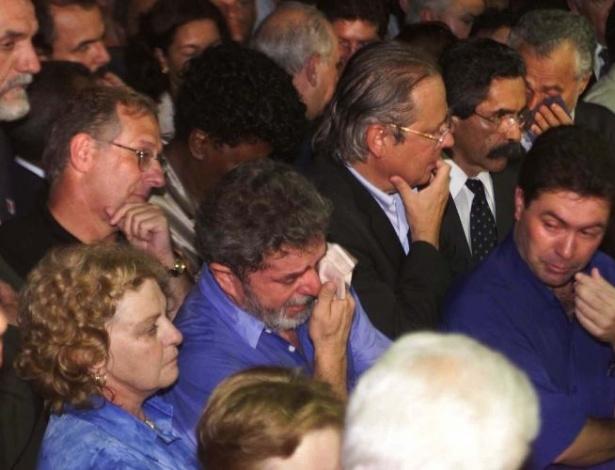 16.ago.2012 - Luiz Inácio Lula da Silva chora ao lado de José Dirceu, então presidente nacional do PT, ao lado de políticos da sigla e amigos do prefeito de Santo André, Celso Daniel, durante o velório