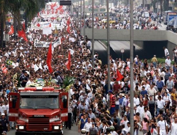 16.ago.2012 - O enterro do prefeito Celso Daniel foi acompanhado por uma multidão; o cortejo fúnebre seguiu pelas ruas de Santo André
