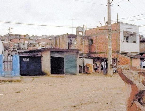 16.ago.2012 - O local do suposto cativeiro do prefeito de Santo André, Celso Daniel, na favela Pantanal, onde teria sido encontrado um recibo assinado pelo prefeito e documentos de um automóvel Blazer, similar ao usado no sequestro