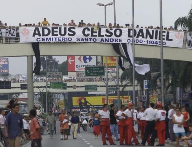 16.ago.2012 - Os moradores carregavam faixas pedindo Justiça e paz pelas ruas de Santo André