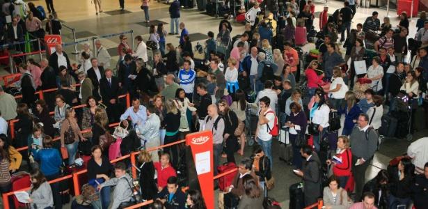 Filas no Aeroporto Internacional Afonso Pena, em Curitiba (PR), que estará em obras durante a Copa