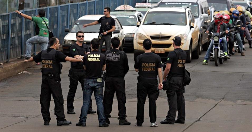 16.ago.2012 - Polícia Federal realiza operação-padrão na Ponte da Amizade, que liga o Brasil ao Paraguai, na cidade de Foz do Iguaçu (PR). Os policias estão em greve desde o último dia 7
