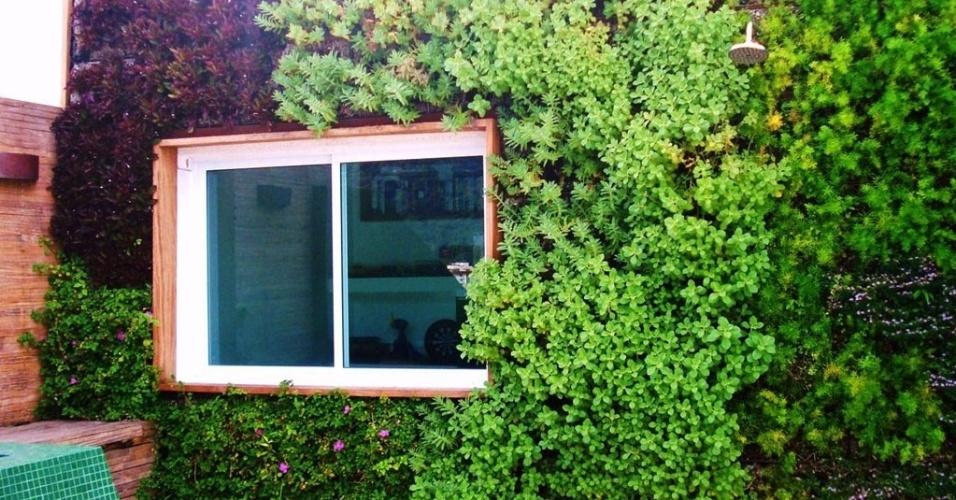 A fachada verde dessa residência no Rio de Janeiro é composta por módulos que podem ser retirados da parede, se necessário, e conta com irrigação automatizada. O projeto foi executado pela Ecotelhado (www.ecotelhado.com.br)