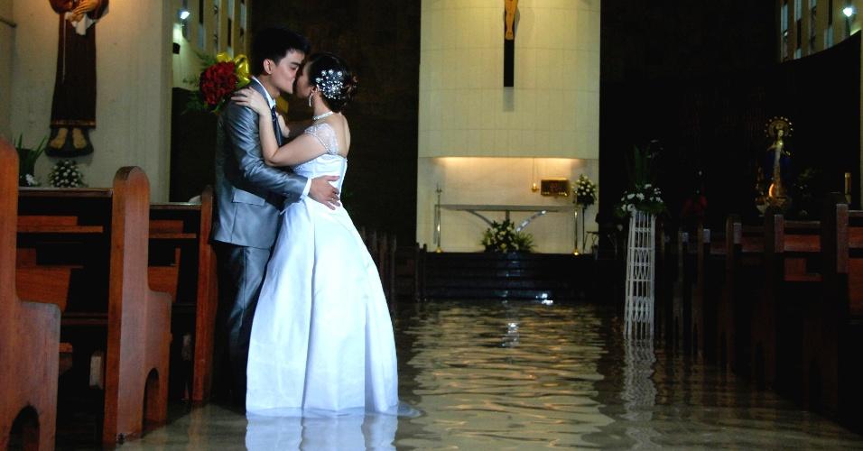 As inundações que atingem diversas áreas de Manila, nas Filipinas, não impediu o casal Ramoncito Camp e Hernelie Ruazol Campo de oficializar a união, mesmo com a igreja inundada. A cerimônia foi realizada no dia 8 de agosto