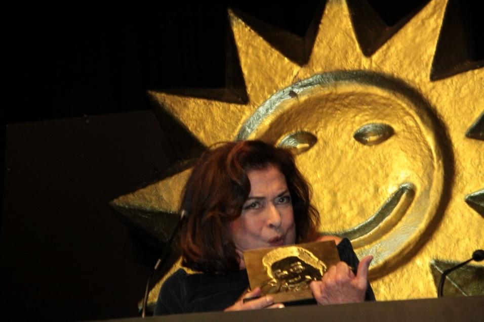 Atriz Betty Faria recebe o troféu Oscarito no Festival de Gramado (16/08/2012)