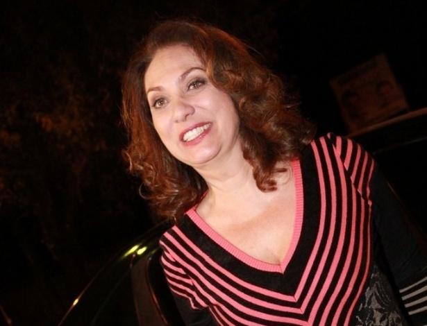 Eliane Giardini vai à festa de aniversário de Marcelo Novaes e Vera Holtz no Clube Parque União Curicica, no Rio de Janeiro (16/8/12)
