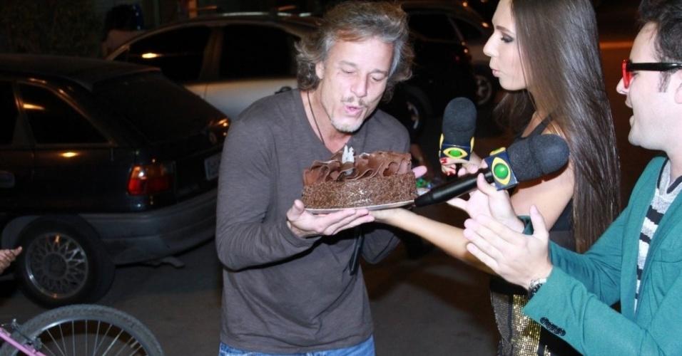 Em seu aniversário, Marcelo Novaes assopra velas de bolo oferecido pelo