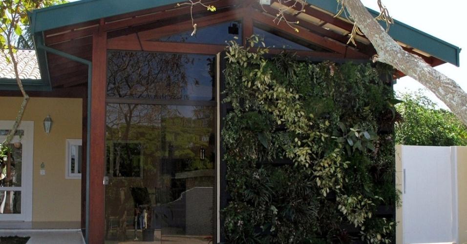 Essa fachada verde foi construída a partir de módulos cerâmicos instalados lado a lado formando uma canaleta no comprimento desejado. Fornecida pela Green Wall Ceramic (www.greenwallceramic.com.br), a tecnologia conta com sistema de irrigação próprio por gotejamento, que evita o acúmulo de umidade