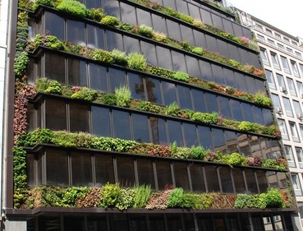 Esse edifício em Bruxelas, Bélgica, tem fachada que combina vidro e um jardim vertical projetado por Patrick Blanc, um dos pioneiros na implantação de fachadas verdes no mundo
