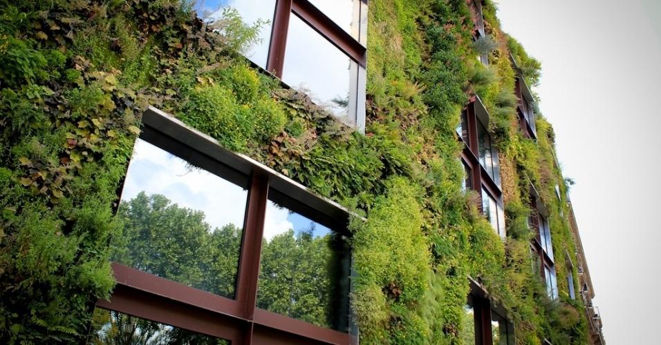 Jardim vertical, criado pelo francês Patrick Blanc, cobre parte da fachada do Musée du quai Branly, em Paris (França). Ao todo, foram utilizadas no projeto 170 espécies originárias do Japão, China, EUA e da Europa Central