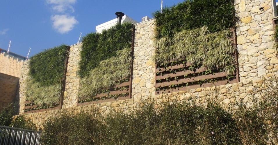 O muro lateral dessa residência recebeu vegetação abrigada em grandes quadros. O projeto é do arquiteto paisagista Benedito Abbud (www.beneditoabbud.com.br) e foi executado pela Wall Plant