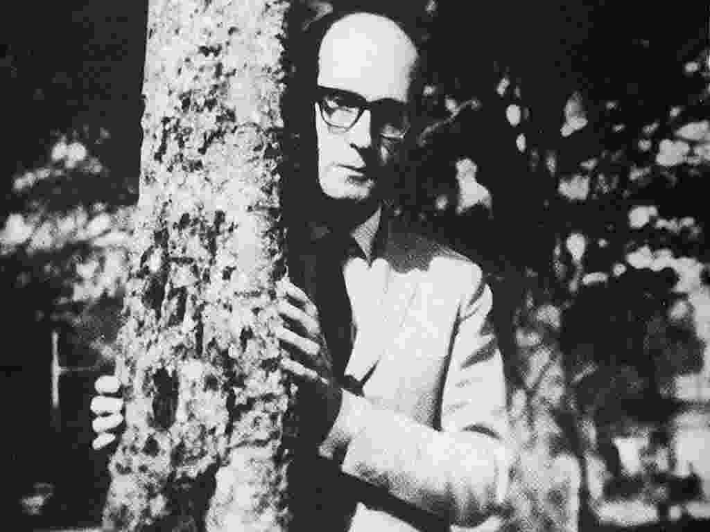 O poeta Carlos Drummond de Andrade (1902-1987) em fotografia da década de 50 - Reprodução