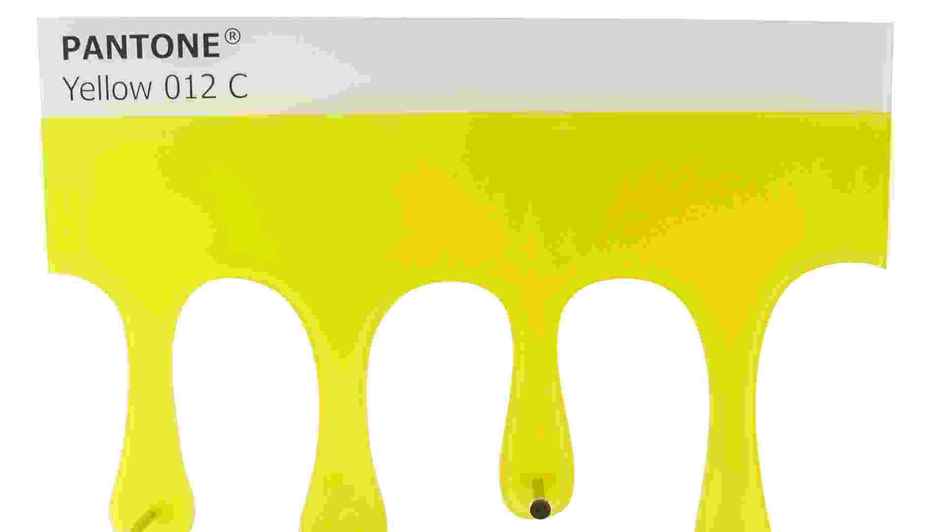 O porta toalhas Pantone Yellow 012C mede 28 cm por 38 cm e custa R$ 91,90 na loja virtual da Jaya! (www.mundojaya.com.br). Preços pesquisados em agosto de 2012 e sujeitos a alterações - Divulgação